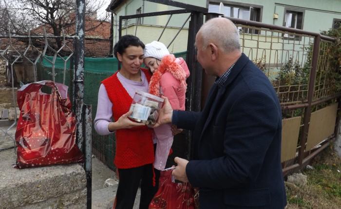 Зам-кметът Ердинч Хасанов връчи сумата от 665 лв. на майк ...