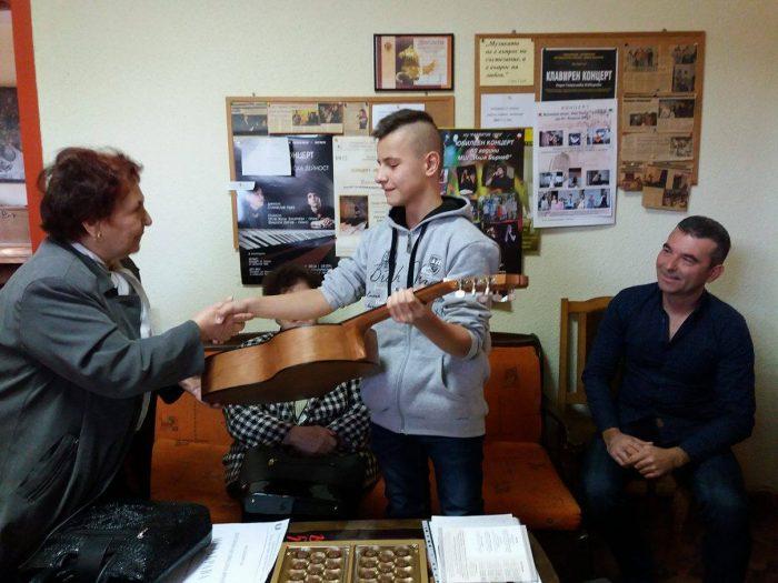 Федерацията на жените дари класическа китара на млади� ...
