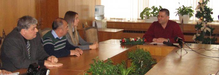 Градоначалникът д-р Валентин Василев връчи парична на� ...