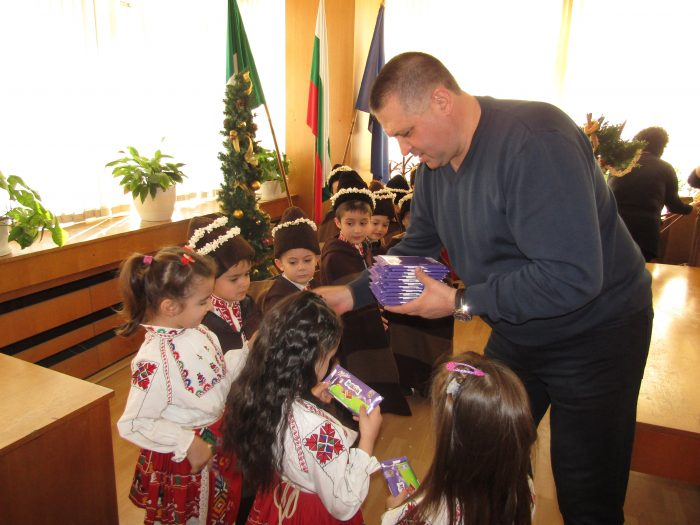 Коледари от две разградски детски градини посетиха км� ...