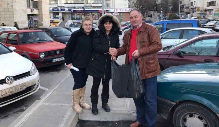 Депутатът Гюнай Хюсмен и съпругата му с дарения за пос� ...