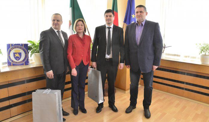 Градоначалникът и председателят на местния парламент  ...