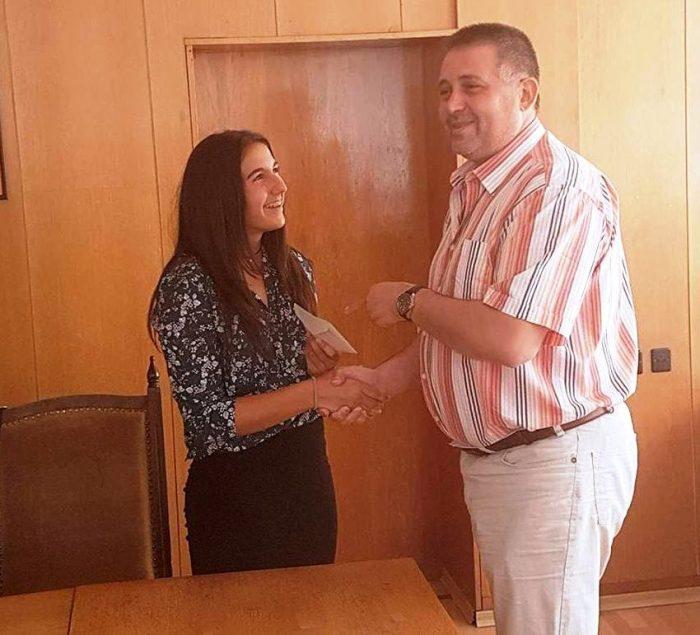 Кметът награди с парична стипендия волейболната млада ...