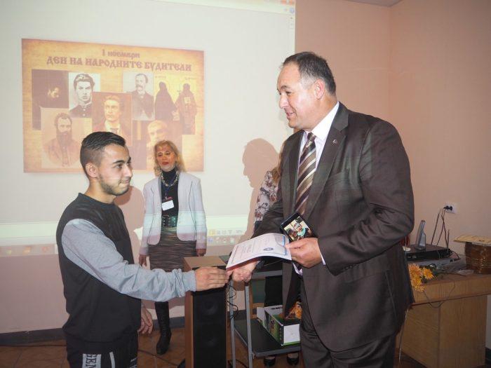Областният управител връчи парична премия на победите ...