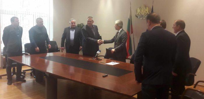 Д-р Валентин Василев и министър Нено Димов подписаха д� ...
