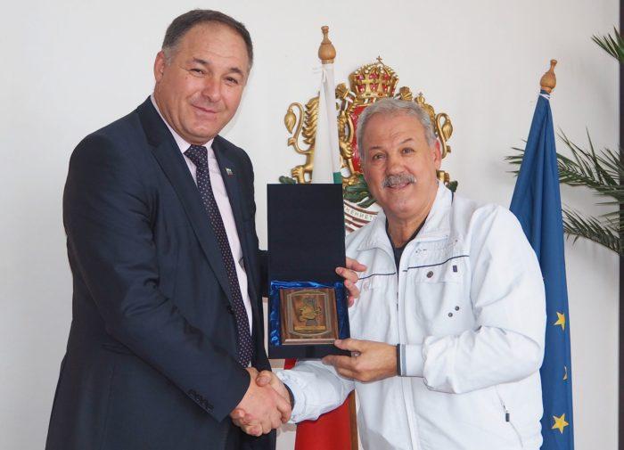 Шампионът по борба Ефрем Камберов получи Почетния пла� ...