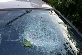 Неизвестни разбиха с тухла панорамното стъкло на авто� ...