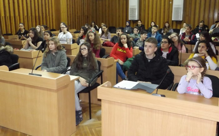 Ученици от пет държави дебатираха в залата на Общински ...