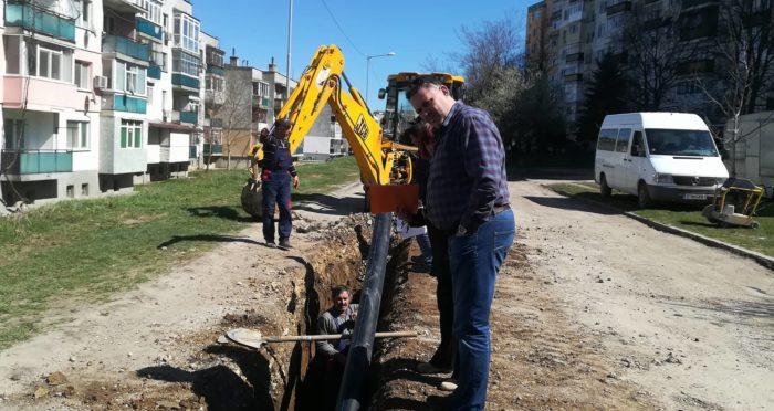 Кметът инспектира работата по подмяната на водопровод ...