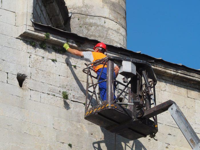 """Губернаторът инспектира почистването на джамията """"Иб ..."""