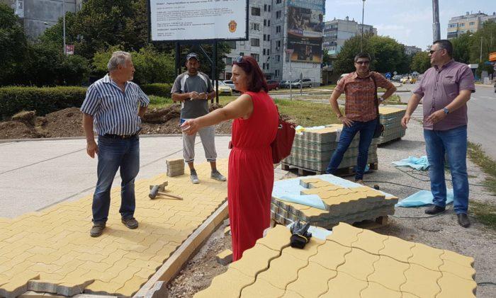 Кметът д-р Василев и заместникът му Галина Георгиева и� ...