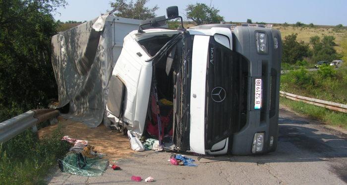 Камион със зърно се обърна до Киченица – шофьорът с 2 ...