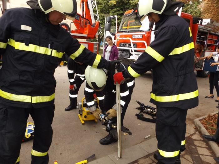 Разградските огнеборци демонстрираха техника за извъ� ...
