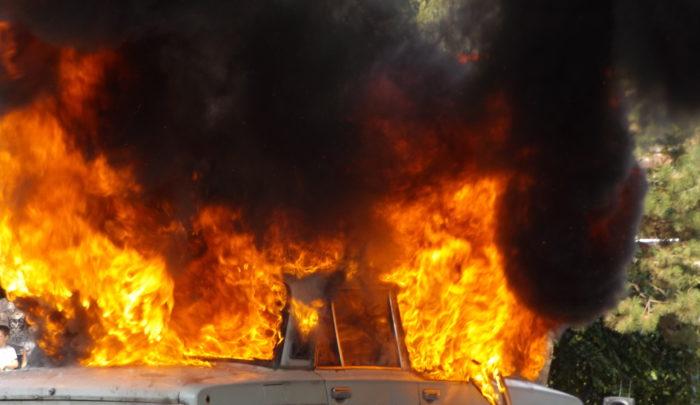 """Кола горя пред жилищен блок в """"Орел"""" тази нощи"""