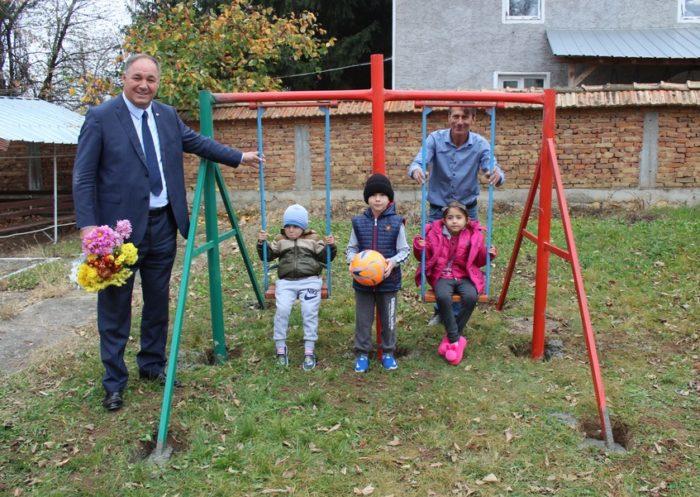 Областният управител откри детска площадка в село Йон� ...