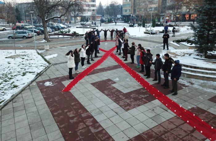 Ученици разпънаха червена лента, символ на борбата със ...