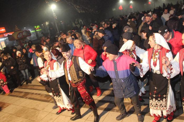 Стотици разградчани посрещнаха заедно Нова година на � ...