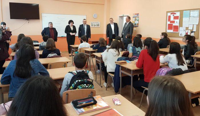Кметът д-р Валентин Василев и заместниците му представ ...