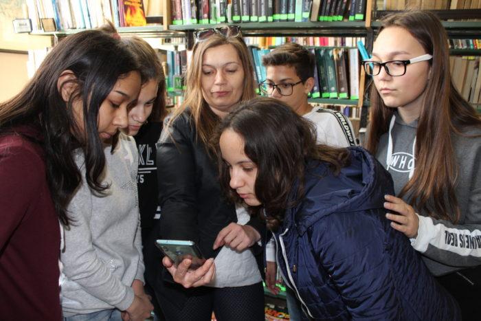 """Ученици от """"Тургенев"""" гостуваха в Регионалната б ..."""