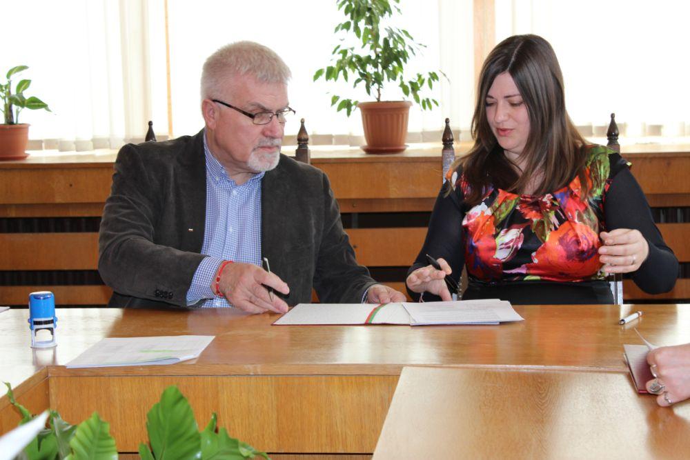 Кметът на Разград подписа първите два договора за безп ...