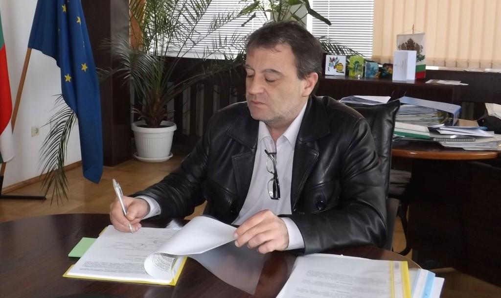 Областният управител Петър Василев подписа още два до� ...