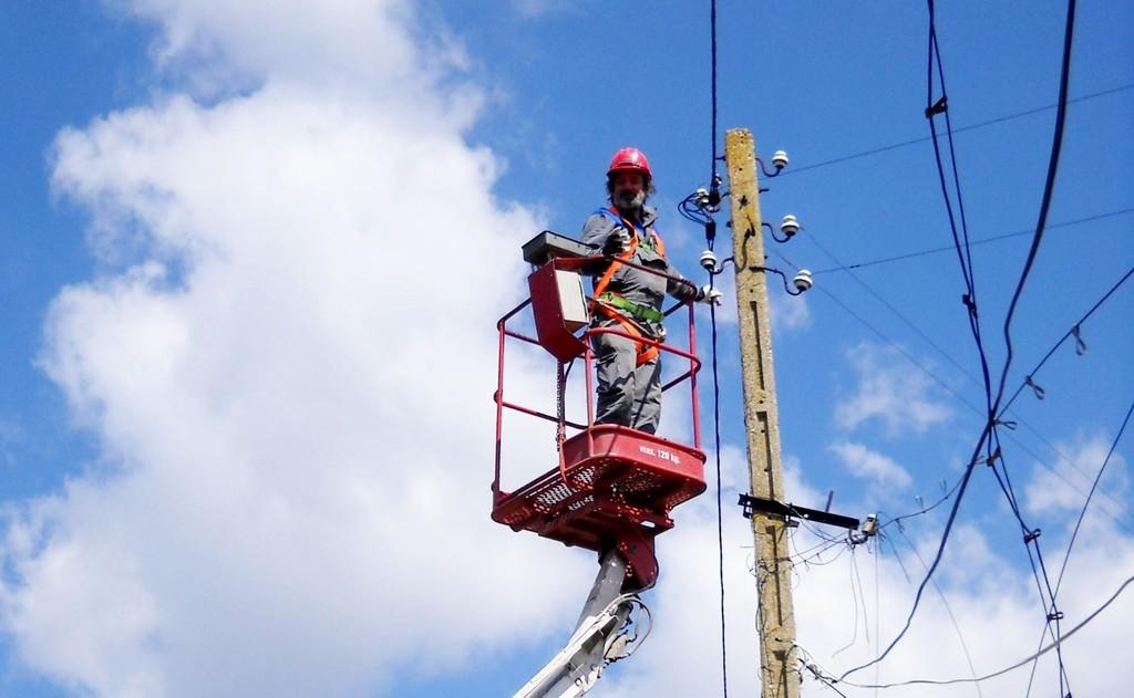ЕНЕРГО-ПРО възстанови въздушни проводници и трансформ ...