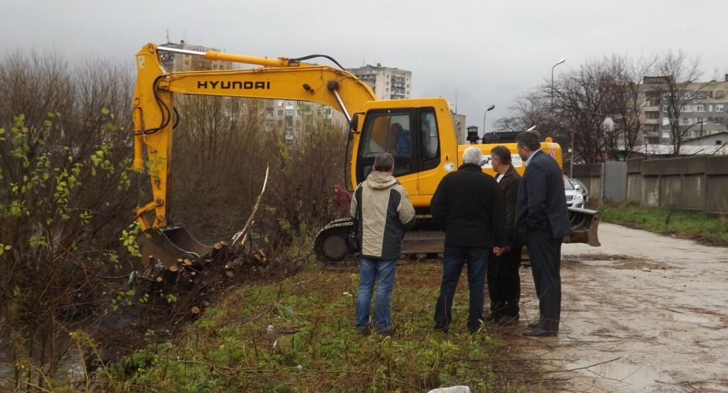 Кметът проследи дейностите по почистване на коритото � ...