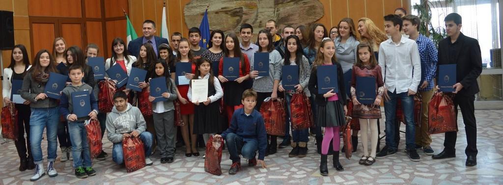 35 талантливи деца получиха стипендии от кмета на Разгр ...