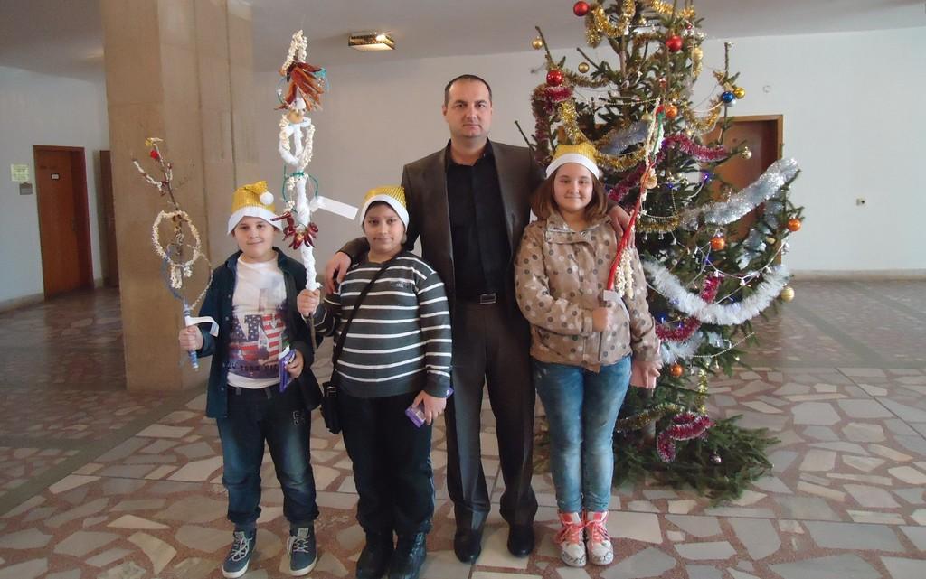 Сурвакарчета от ЦУТНТ дариха Областния управител с ръ� ...