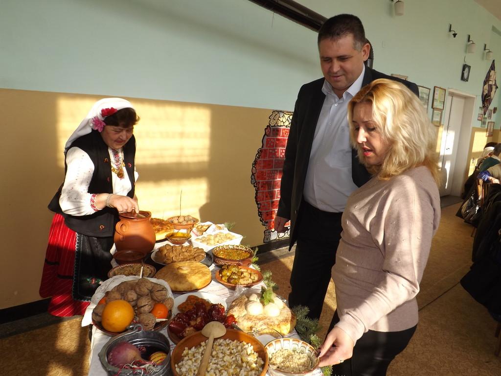 Кметът д-р В. Василев и зам.областният управител В. Тодо ...