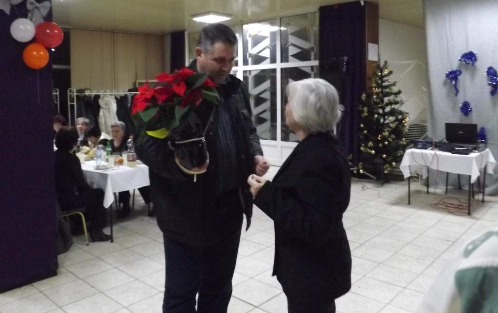 Кметът подари питки с късмети на Коледното тържество н ...