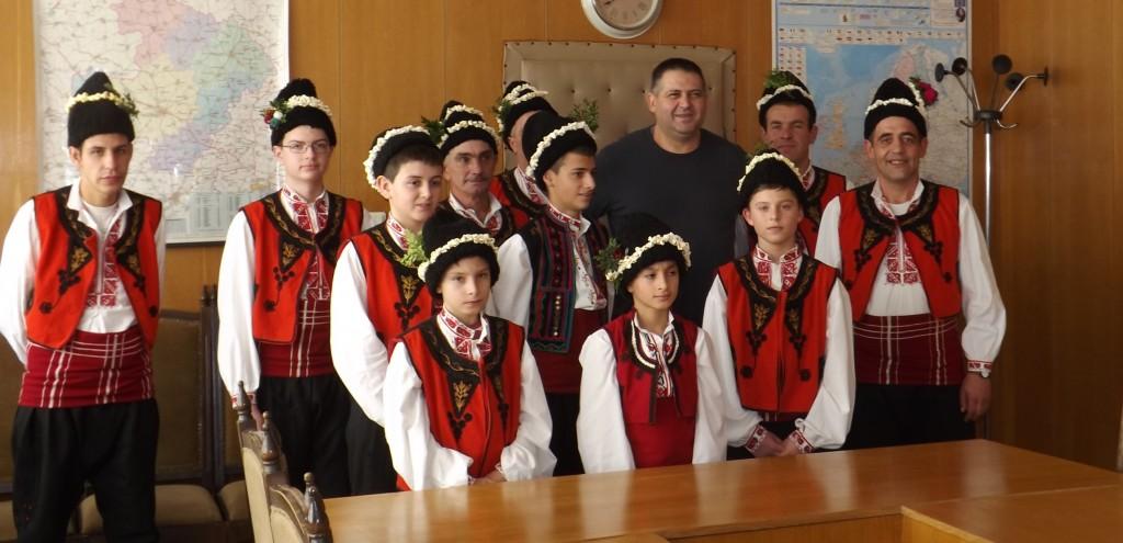 Коледари от Свещари посетиха кмета на Община Разград