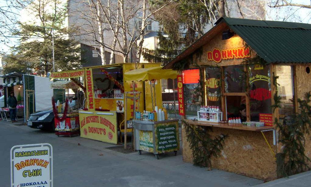 Понички, царевица и играчки на Коледния базар в център� ...