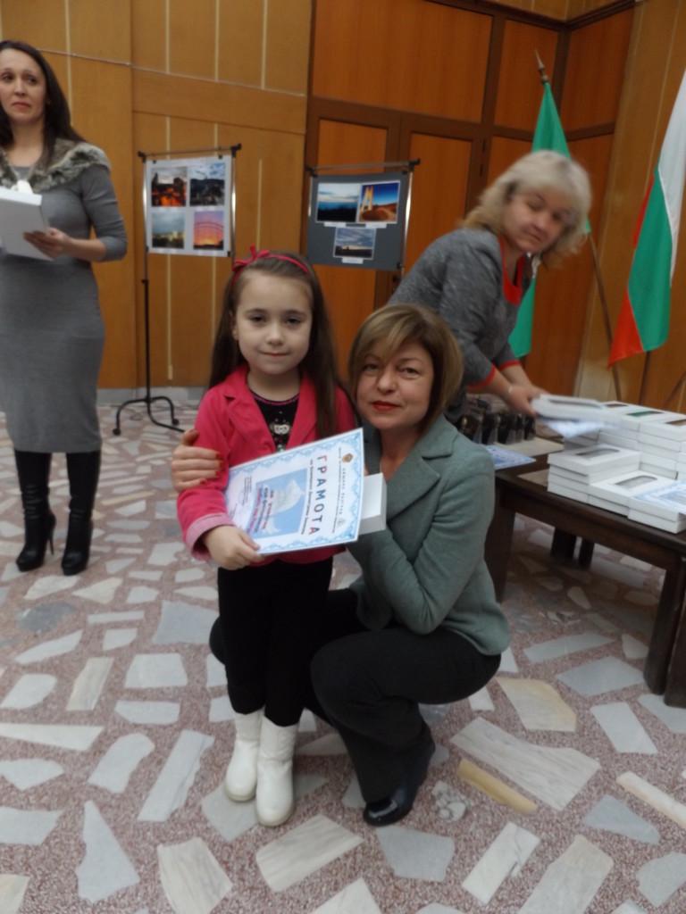6-годишната Божидара е най-малкият участник във фотоко� ...