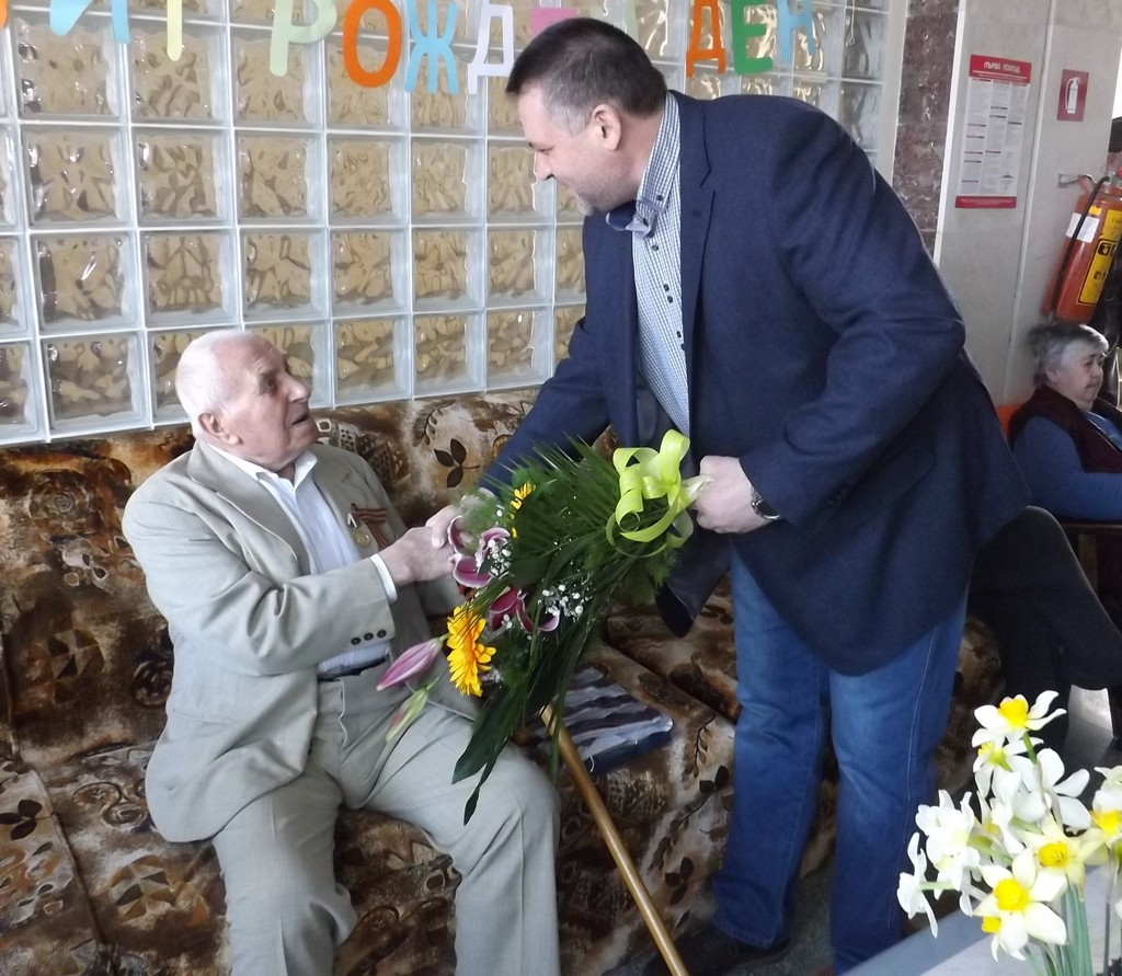 Градоначалникът д-р Василев поздрави 95-годишен ветера� ...