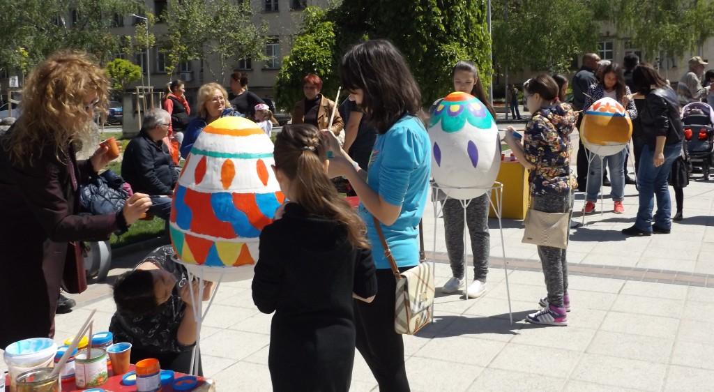 Деца и общински служители нашариха три огромни яйца на ...