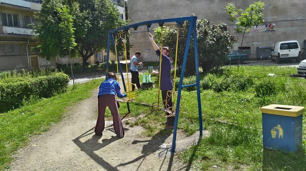 Младежи на ГЕРБ и граждани обновиха детската площадка  ...