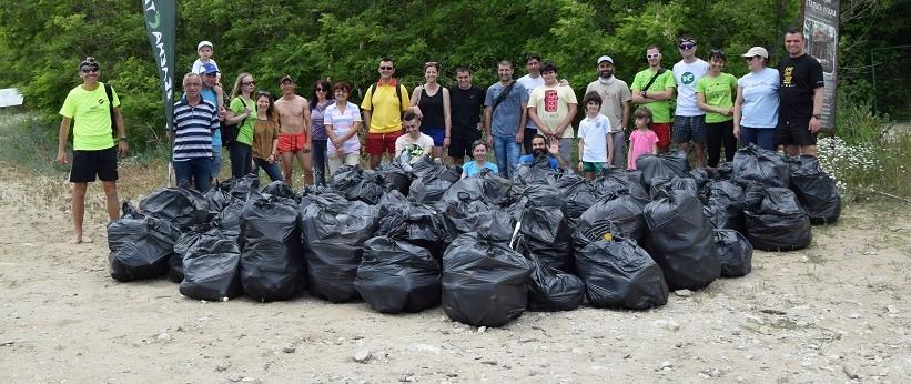 Доброволци събраха над половин тон отпадъци от плажа к ...