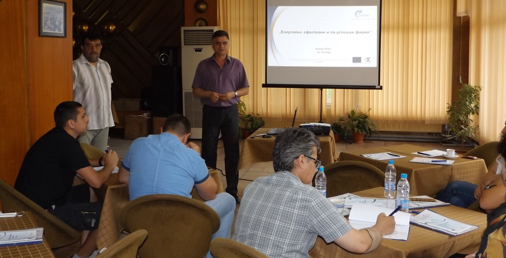 Екипът на ОИЦ презентира пред кандидат-бенефициенти в� ...