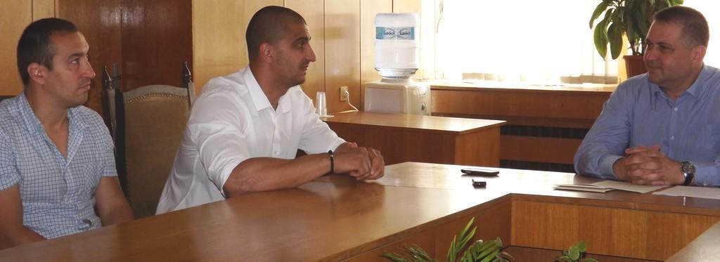Кметът д-р Валентин Василев отличи с парични награди с� ...