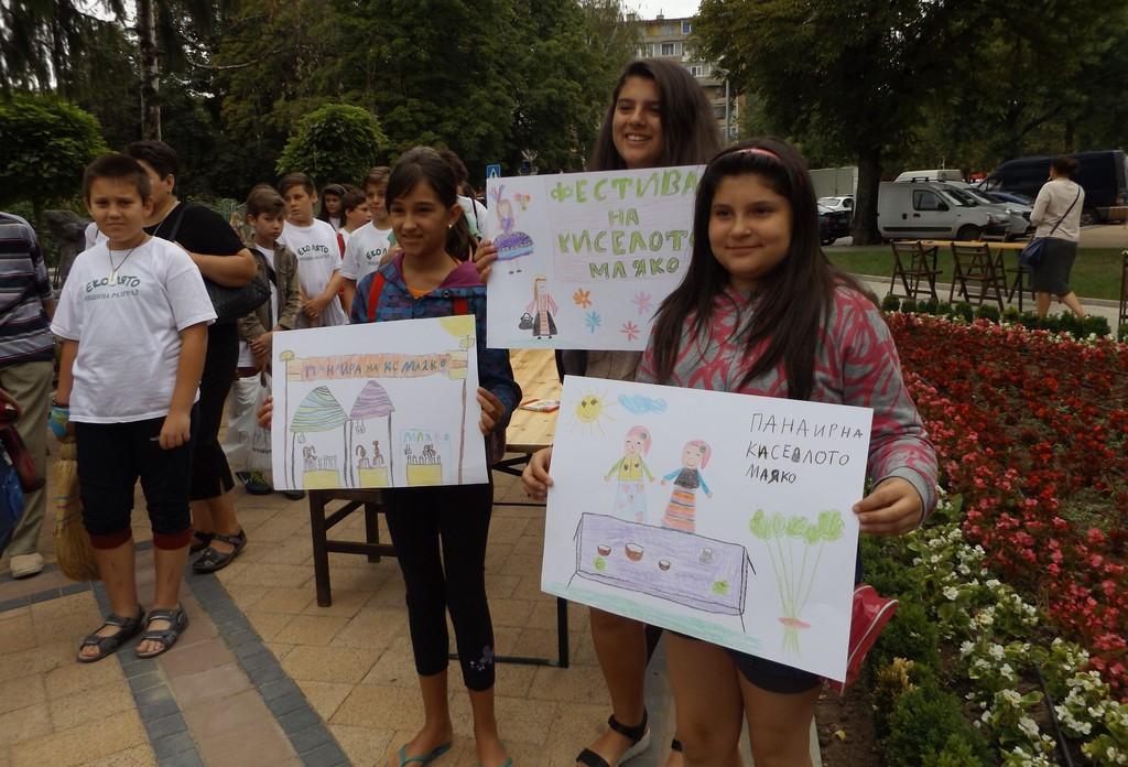 60 деца рисуваха на открито Панаира на киселото мляко
