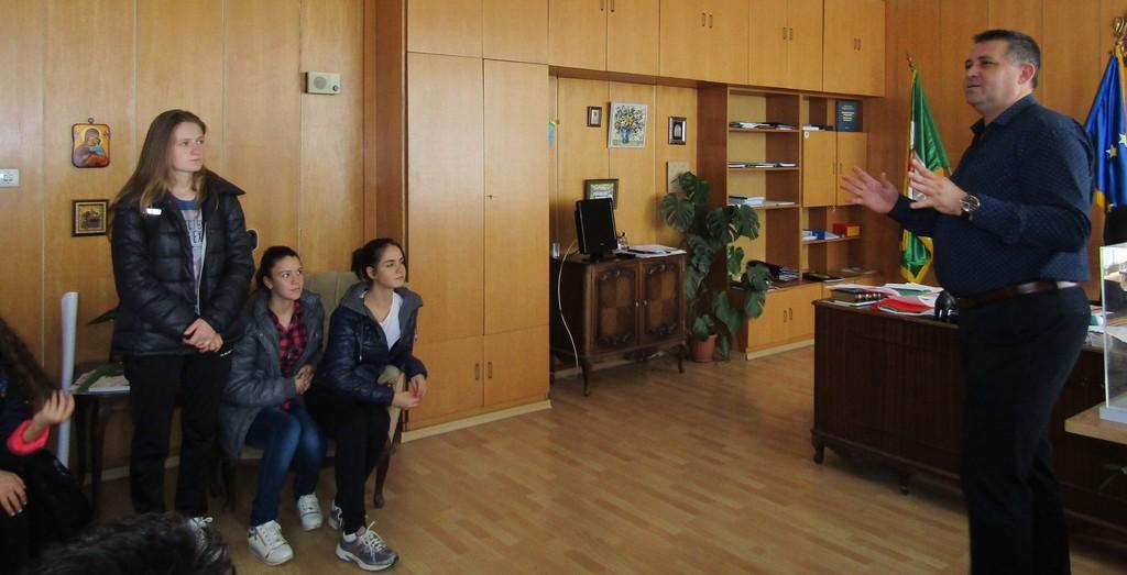 Осмокласници от Езиковата посетиха градоначалника в к ...