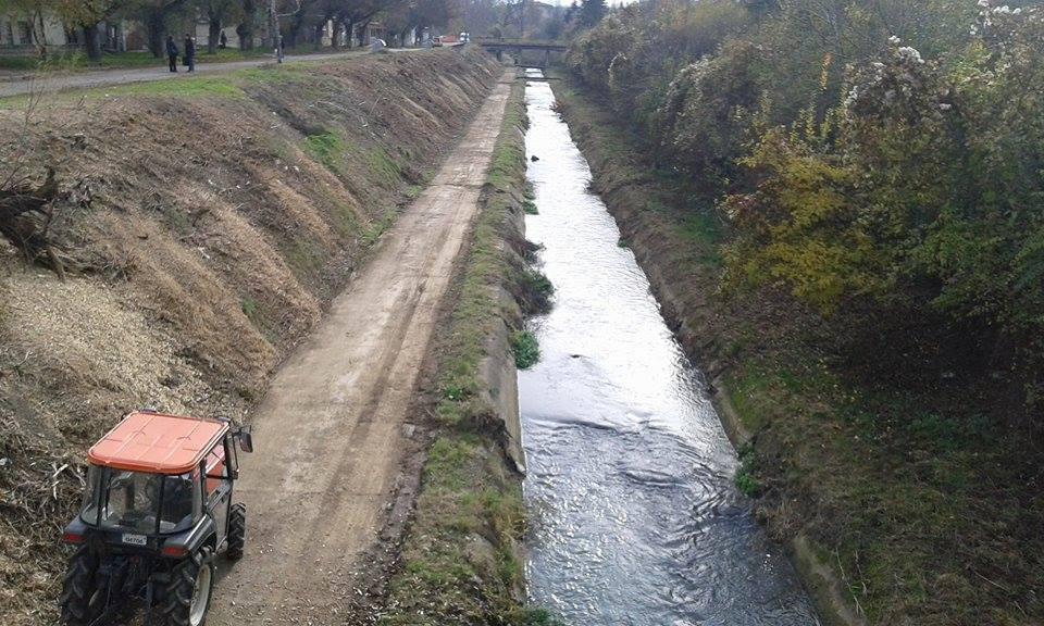 Извършва се основно почистване на поречието на река Бе ...