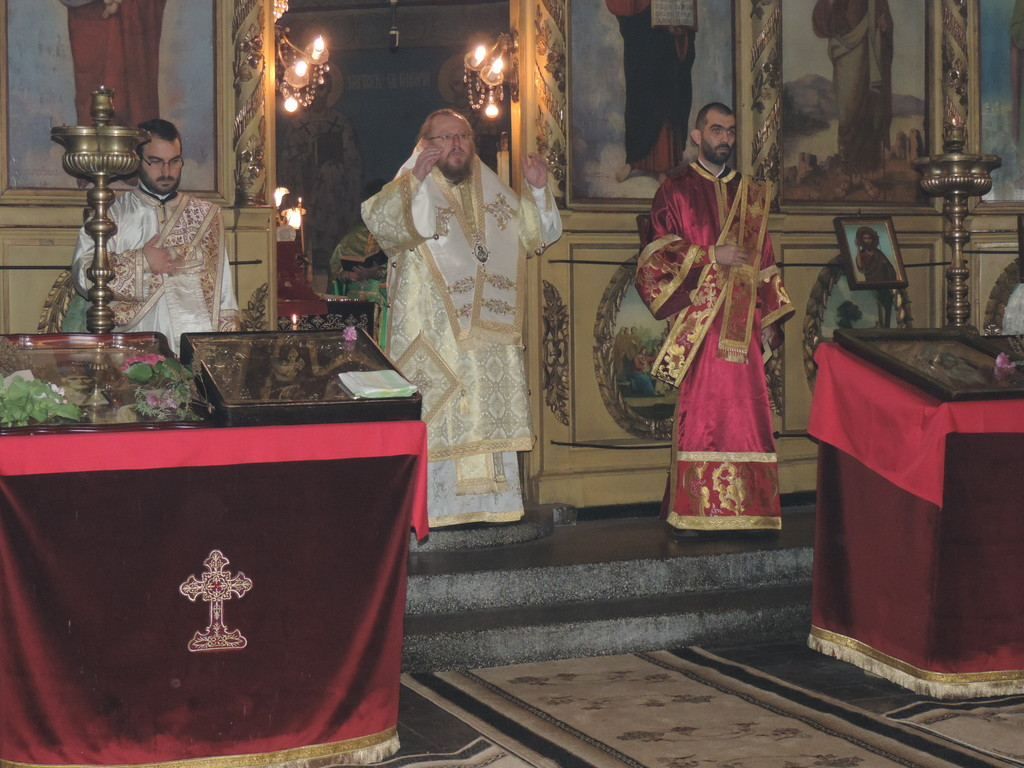 Русенският митрополит Наум отслужи празнична св. Литу� ...