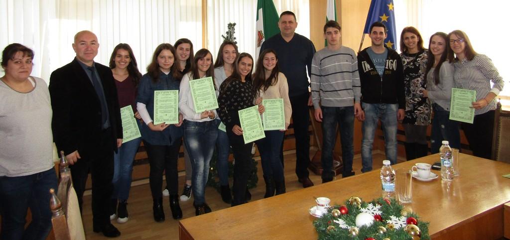 Градоначалникът д-р Валентин Василев връчи на ученици  ...
