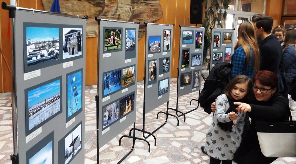 """Експонираха фотоизложбата """"Разград – уловени ми� ..."""