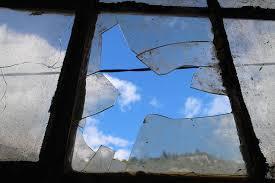 Потрошиха стъклата на шивашки цех в Гецово