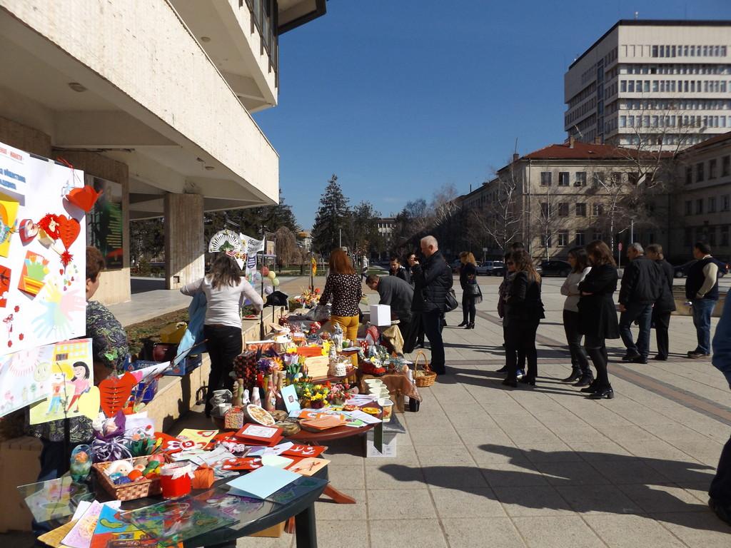 Потребители на социални услуги подредиха изложба-база ...