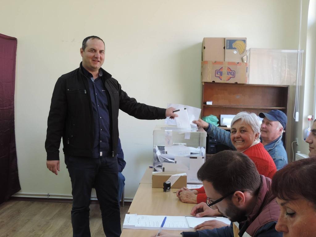 Областният управител Манол Кившанов гласува за стабил ...