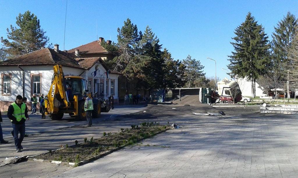 ТИР се преобърна в центъра на село Благоево